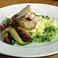 Stekt torsk med kremet savoykål, stekte epler og bacon -