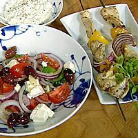 Grillede kyllingspidd med gresk salat og tzatsiki -