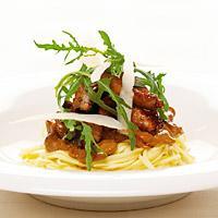 Biff/mørbrad med pasta og sennepsaus - En mild, kremet sennepsaus som denne smaker faktisk veldig godt til pasta.