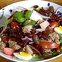 Tunfisksalat med bønner, grønnsaker og tzatsiki -