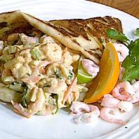 Krydret reke- og grønnsaksalat i naanbrød -