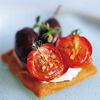 Tomat og oliven på sprø ostekjeks -