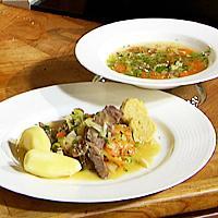 Ferskt kjøtt og suppe med sur-søt løksaus og klot -