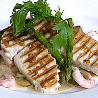 Grillet smørfisk og asparges servert med sjampinjong- og rekesaus -