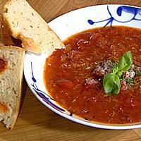 Tomatsuppe servert med focaccia og chorizo -