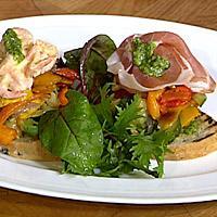 Grovt brød med pesto og ovnsbakte grønnsaker -