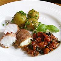 Skinkeinnbakt breiflabb servert med tomatkompott og nye poteter -