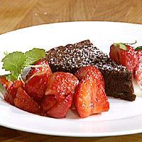 Mørk sjokoladekake servert med jordbær og mascarponekrem -