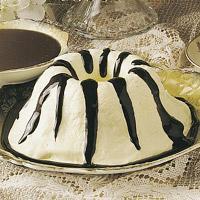 Hjemmelaget vaniljeis med varm sjokoladesaus -