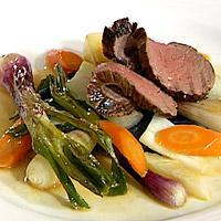 Helstekt indrefilet av kalv med ovnsbakte høstgrønnsaker og blå poteter -