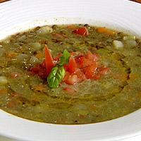 Grønnsaksuppe med linser smakt til med grønn urtesaus -