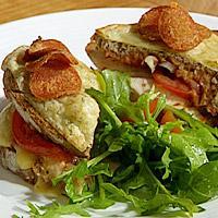 Varmt ostesmørbrød med kylling og bacon -