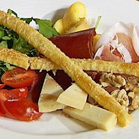 Mettende høstsalat med ostestenger -