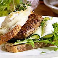 Lammeburgere med chèvre og ruccola -