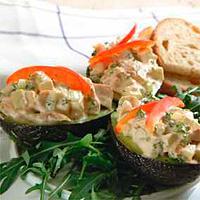 Avokado med kyllingsalat -