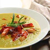 Grønn ertesuppe med sprøstekt bacon og potet -
