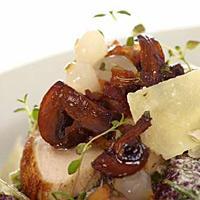 Kyllingsalat med bacon, sopp og sylteløk -