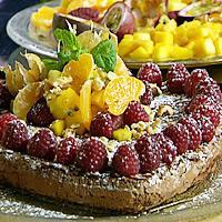 Konfektkake servert med frisk frukt og bær -