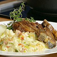 Pinnasteik servert med stuede grønnsaker -