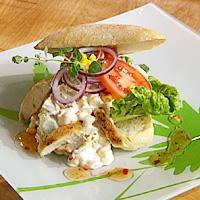 Kyllingsalat i sandwichbrød -
