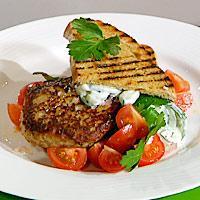 Makrellburgere med tzatsiki og tomatsalat -