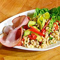 Ost- og pastasalat servert med skinke -