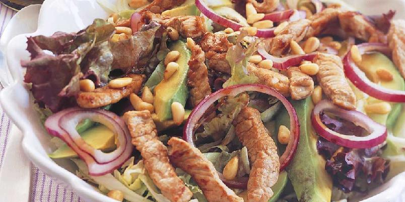 Avokadosalat med strimlet svinekjøtt - Svinekjøtt - enten det er kokt skinke, spekeskinke eller stekte strimler og bacon - passer til både fruktige, spicy og hotte smaker, og er derfor knallgodt i salater.