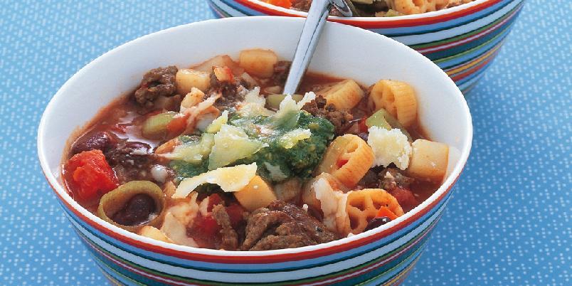 """Minestrone al pesto - Dette er en enkel og fantastisk god """"slektning"""" av den italienske minestronesuppen. Den har store variasjoner fra nord til sør i Italia, men basisen med pasta, bønner og forskjellige grønnsaker er den samme."""