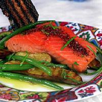 Grillet laks med rosépepper - Her får den rosa fisken følge av rosa pepper.