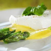 Kveite med asparges og hollandaise -