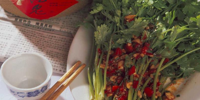 Koriandersalat - Liang ban xiang cai - Denne retten er spesiell for Hunan. I byene er samlinger rundt matbordet ofte sosialt viktige. Utenom de store måltidene kan det da serveres ulike smaksrike småretter som denne salaten. Men koriandersalaten er også svært god sammen med milde eller søtlige hovedretter. I Hunan serveres gjerne korianderen hel, som på bildet, men det er min erfaring at nordmenn finner det enklere å spise oppkuttede planter.