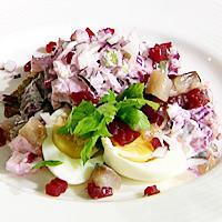 Sild med eple- og rødbetsalat og egg -