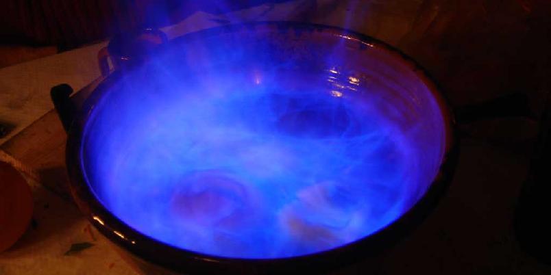 Queimada - galicisk ildvann - Når kveldene blir kalde og mørke samles grupper av galisere for å drikke denne drikken som skal ha røtter i den hedenske religionen til deres keltiske forfedre.