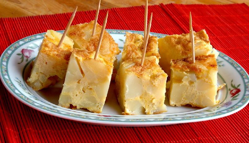 """Tortilla española - spansk potetomelett - En tykk omelett, akkurat slik den blir laget i Spania. Omelett skåret i terninger med tannpirker er vanlig som tapas, skåret i """"kakeskive"""" som lunsjrett."""