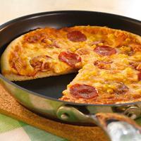 """Amerikansk panpizza med pepperoni - Lag pizza med tykk bunn, stekt i panne, slik de lager den """"over there""""."""