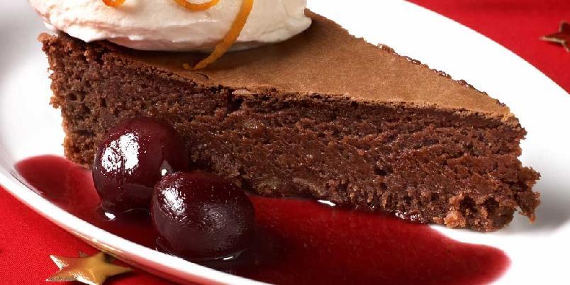 Bløt sjokoladekake med kirsebærsaus -