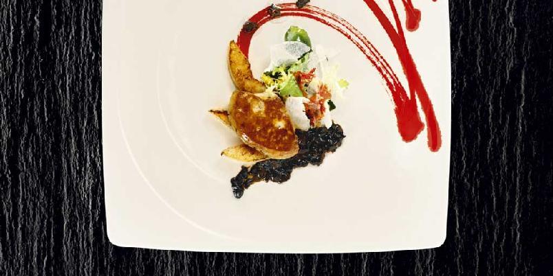 Stekt foie gras med black bean saus, nashipære og salat -