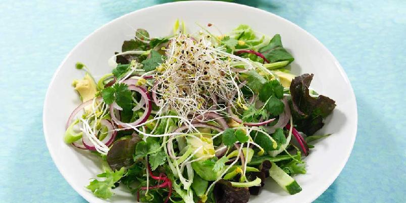 Grønn salat med avokado, sukkererter og pæredressing -