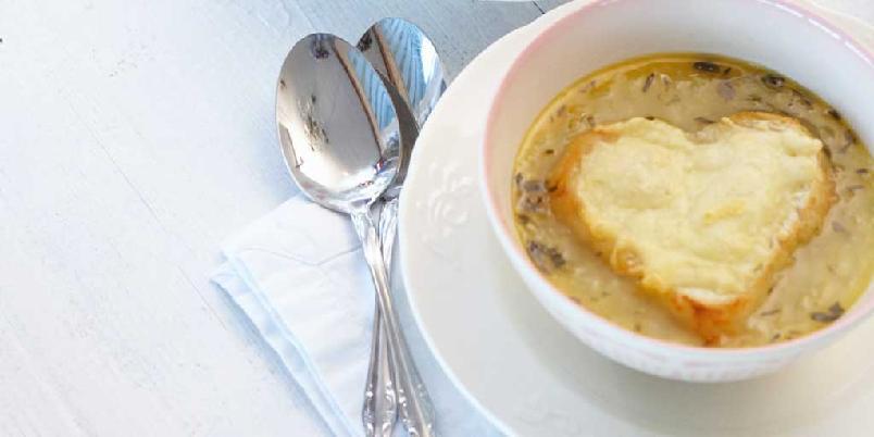 Fransk løksuppe - En fransk klassiker, denne med brødhjerter i midten, er kanskje noe for neste middagsdate?