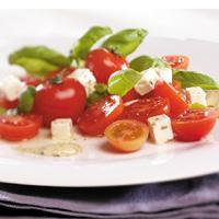 Tomatsalat med sennepsdressing - Denne tomatsalaten er en universalsalat som passer til det meste. Like god til biff som til fisk, kylling eller spekemat.