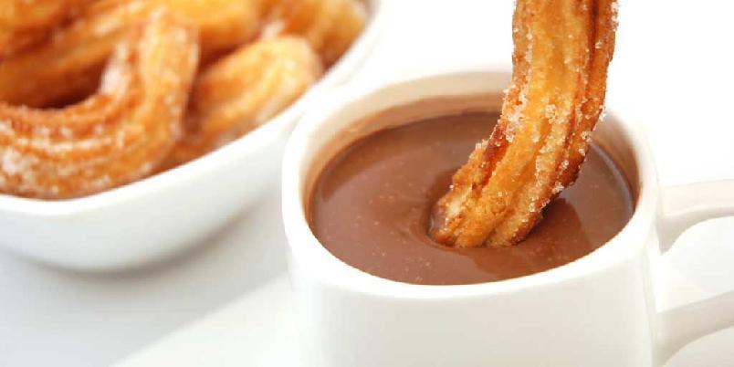 Churros - spanske frityrstenger - Frityrstengene spises alene eller yppes i tykk spansk sjokolade.