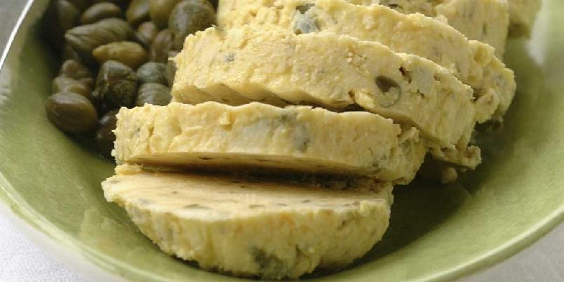 Sennepssmør - Smaksrikt smør med kapers og sennep. Passer til all slags grillet kjøtt. Eller gjerne til en biff!