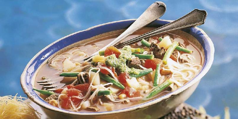 Suppe med pistou - Dette er en suppe med biffkjøtt som er toppet med pistou. Blandes basilikum, hvitløk, parmesan og olivenolje får du den franske varianten av den italienske pestoen, pistou.