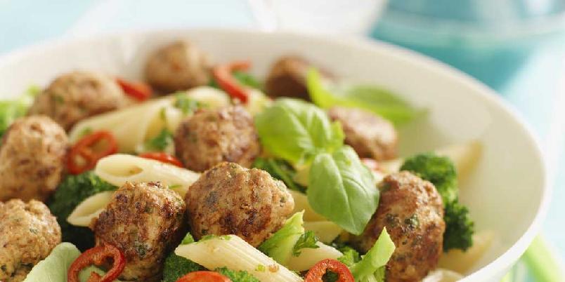 Kjøttboller med pasta - Pasta og kjøttboller er en stor favoritt, spesielt blant de yngre. Kjøttdeig av svin, noen grønnsaker og buljongterninger er alt som skal til før du har en deilig, rykende varm pastarett på tallerkenen. Rask, enkelt og magert.