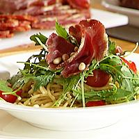 Pasta med basilikum, parmesan og skinke -