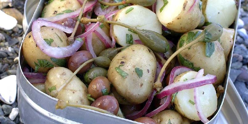 Potetsalat med stilkkapers - Dette er en mager variant av potetsalaten, men ikke mindre spennende av den grunn. Her har du mange spennende smakskombinasjoner. Den passer utmerket til alle typer grillet kjøtt.
