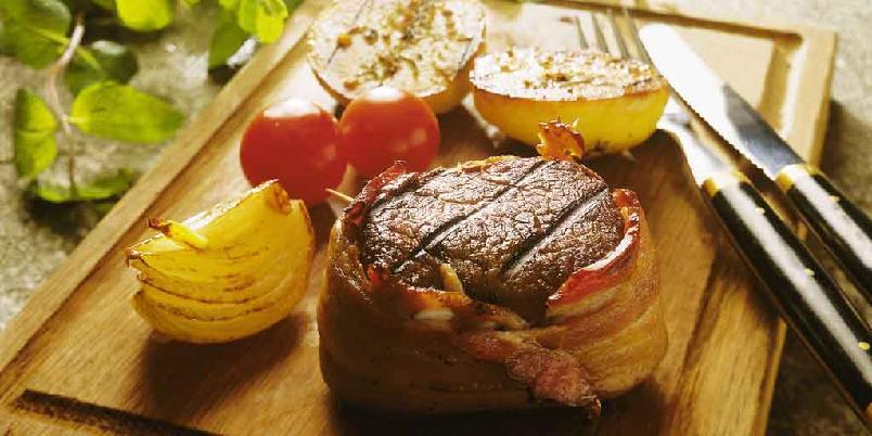 Biff med bacon, kremet spinat og stekte tomater -