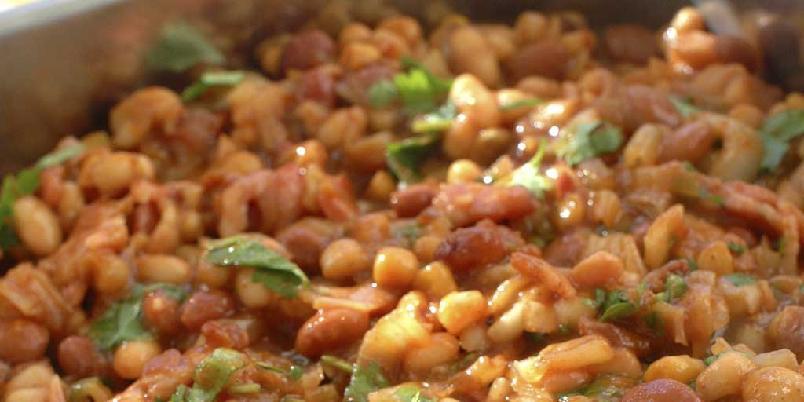 Varm bønnesalat med bacon - Godt amerikansk tilbehør til alt grillet kjøtt.