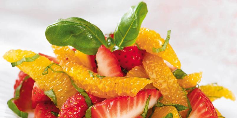 Jordbær- og appelsinsalat med basilikum -
