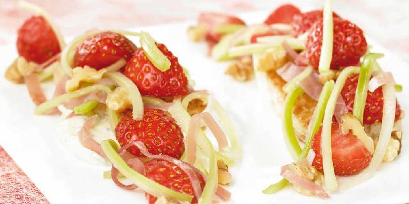 Jordbær- og stangsellerisalat med ostekrem -